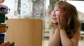 szemüveges kislány